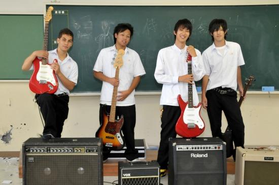 軽音楽部専用に用意された広い教室に、ドラムやアンプをセッティング完了。ここにギターやボーカルがそろえばいつでもスタジオに早変わり。恵まれた環境でバンド仲間と